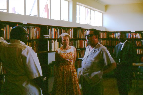 Jimmy Betts and Ruth Khama with others (unidentified) in the library of the community centre. Photo credit: Hugh McIntosh. (Oxfam Archive, Bodleian Libraries)